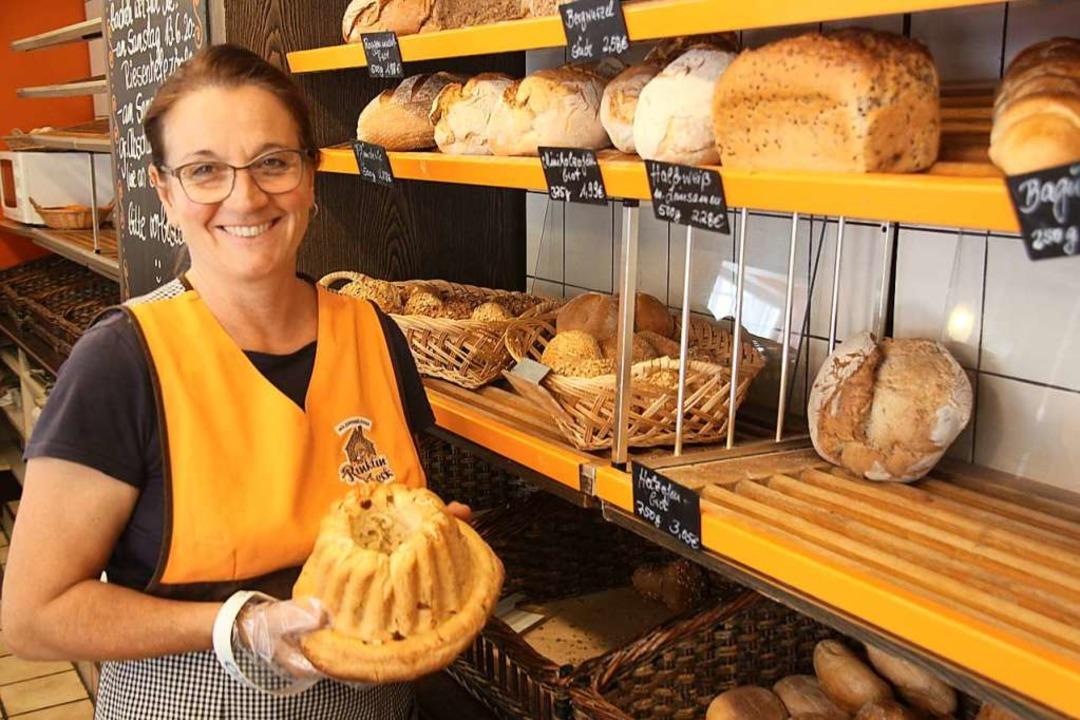 Birgit Rinklin im Verkaufsladen ihrer Bäckerei  | Foto: Horst David