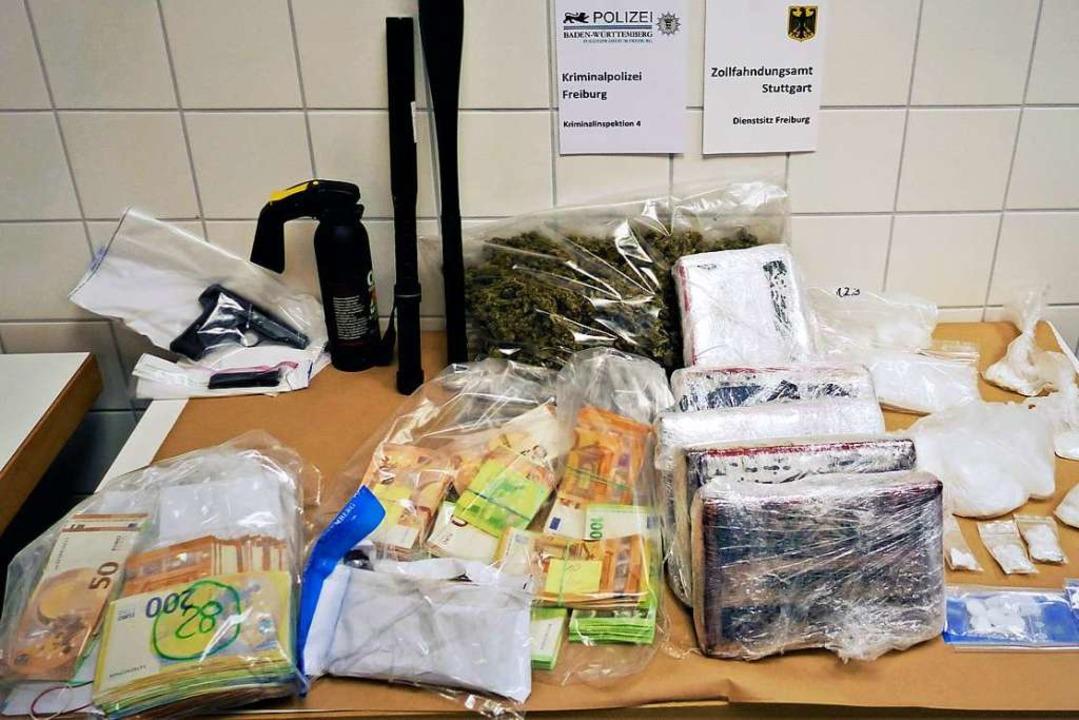 Eine Rekordmenge Koks sowie Geld  und ...ie Freiburger Polizei  sichergestellt.  | Foto: Polizei
