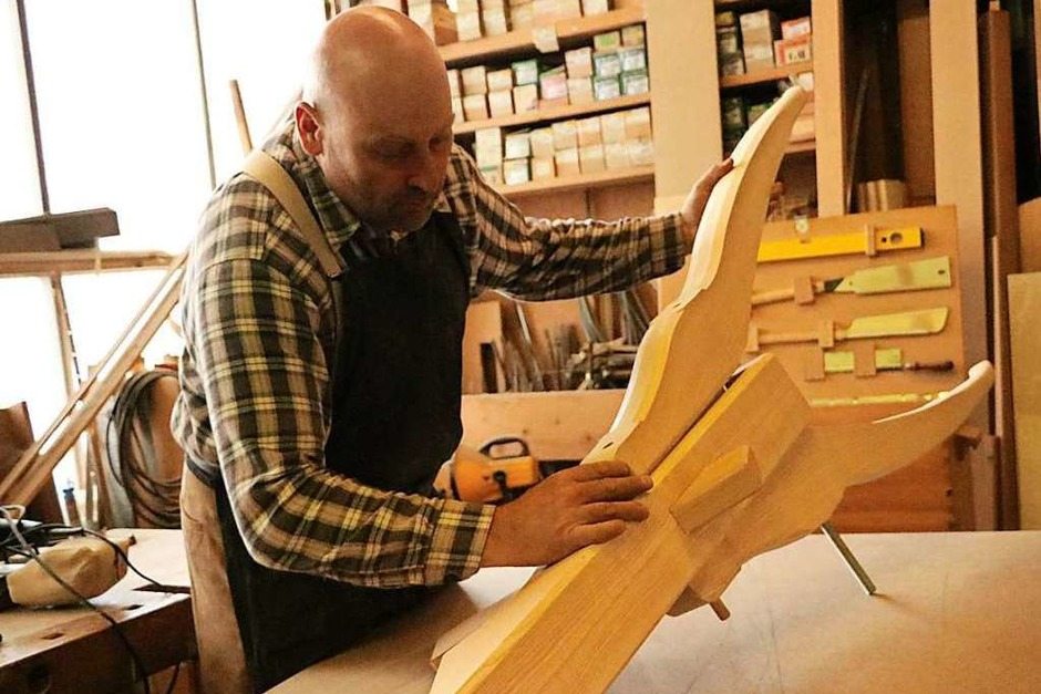 Nach Augenmaß fertigte sich Robert Peter diesen Rettlebock an, mit dem er den Nachläufer steuert. Das ist Handwerkskunst vom Feinsten. (Foto: Martha Weishaar)
