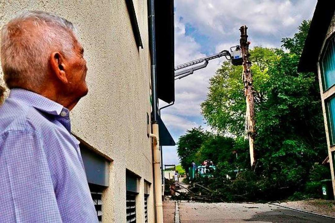 Ein Nachbar beobachtet, wie der Baum allmählich abgesägt wird.  | Foto: Birgitta Koch