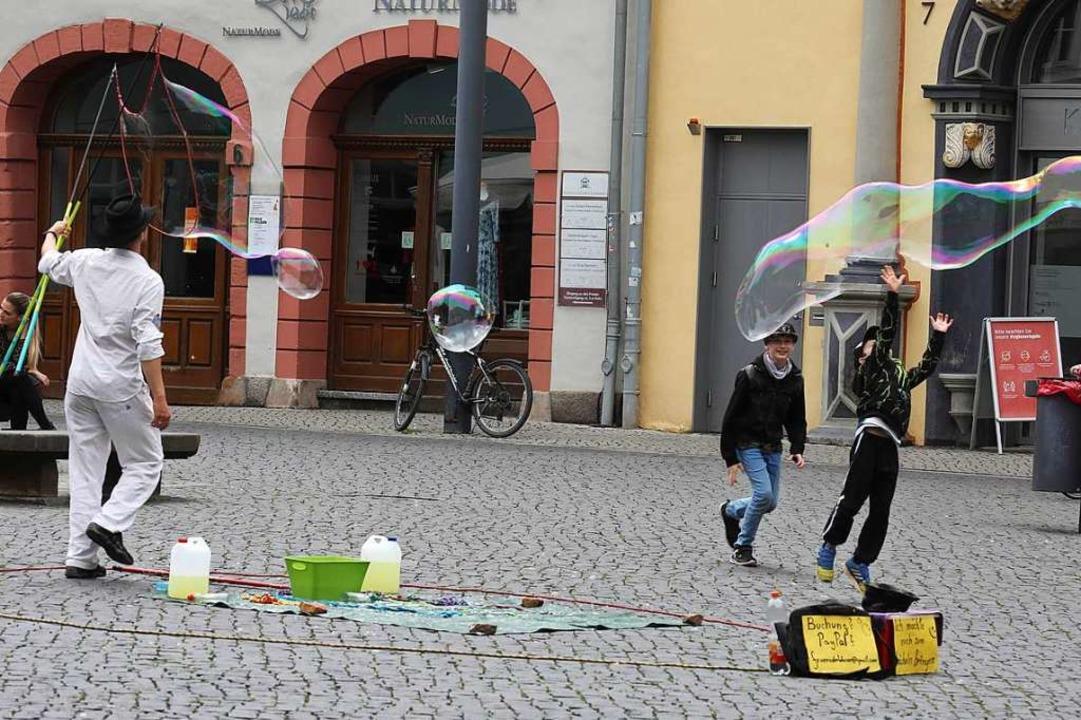 Andernorts erlaubt, in Freiburg nach A...ste Gefahr: Seifenblasen (Symbolbild).  | Foto: Bodo Schackow (dpa)