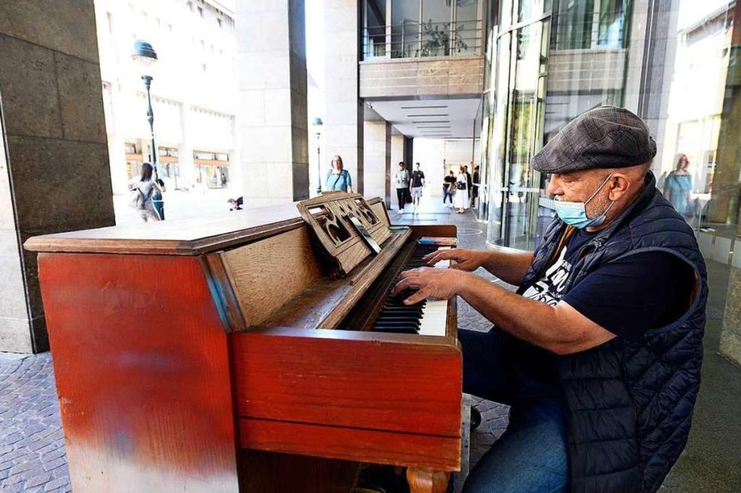 Straßenmusiker  Pianomann Alex können ... künftig wohl länger aufgebaut lassen.  | Foto: Thomas Kunz