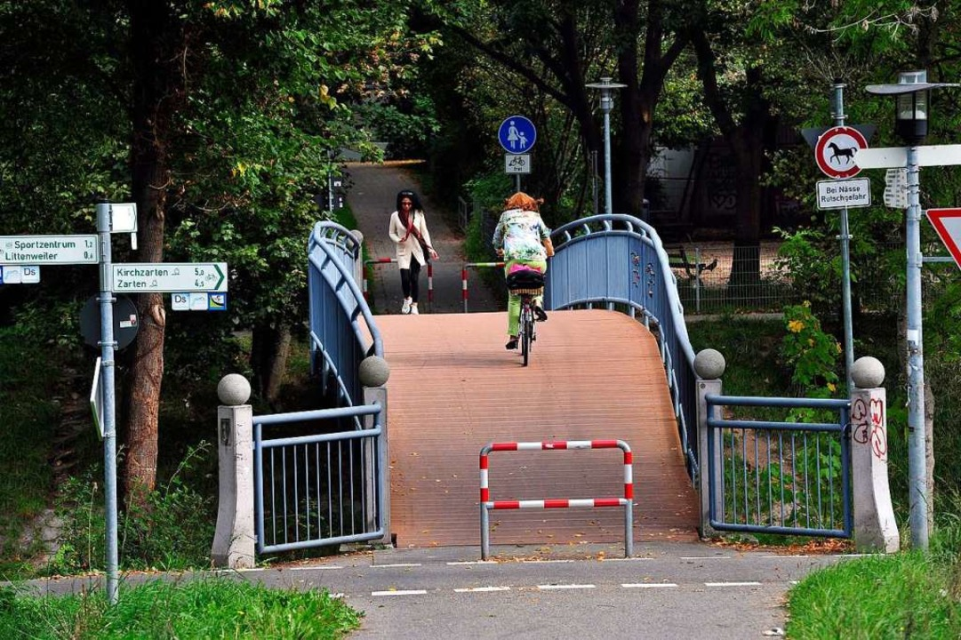 Vom Schlosssteg in Ebnet (Foto) geht a... Linde droht umzustürzen (Archivbild).  | Foto: Thomas Kunz