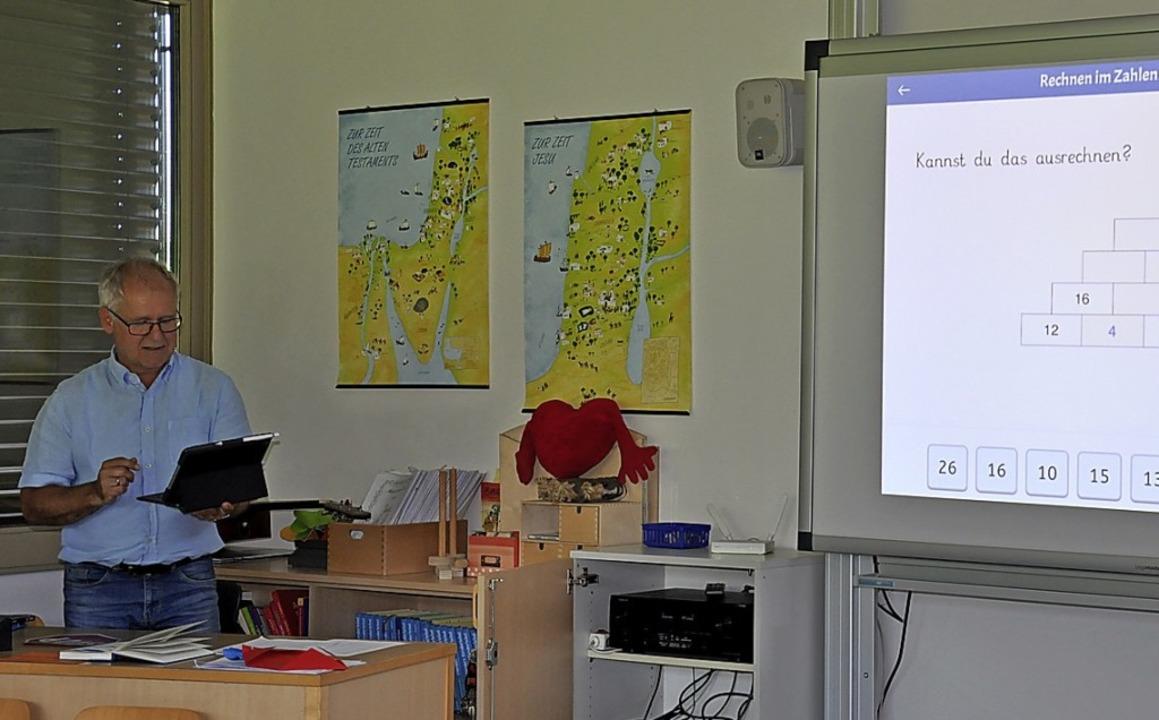 Rektor Reiner Kaiser zeigte, wie digitaler Unterricht aussehen kann.  | Foto: Jutta Schütz