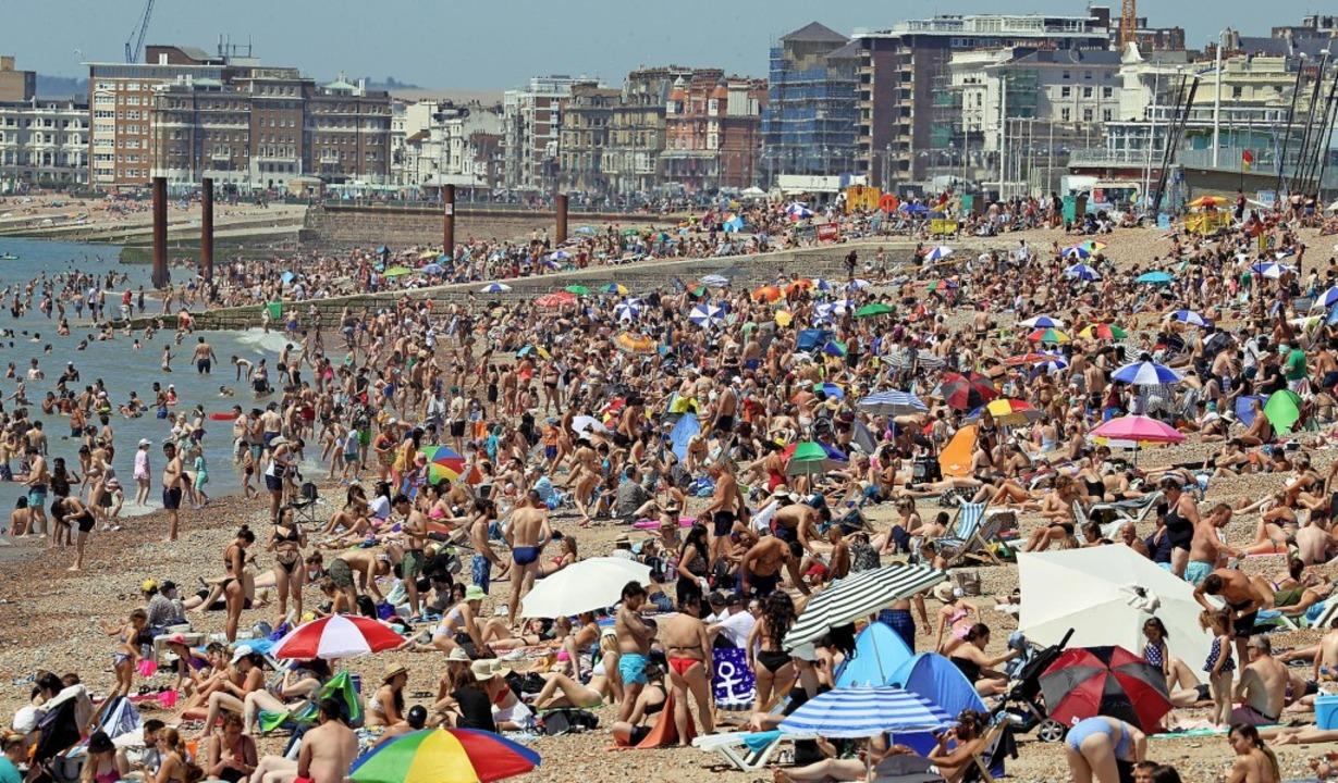 Voller Menschen  war am Mittwoch der Strand des Seebades Brighton   | Foto: Gareth Fuller
