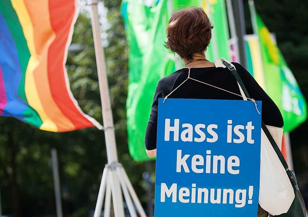 Für ein friedliches Miteinander demonstriert diese Frau.   | Foto: Frank Rumpenhorst (dpa)