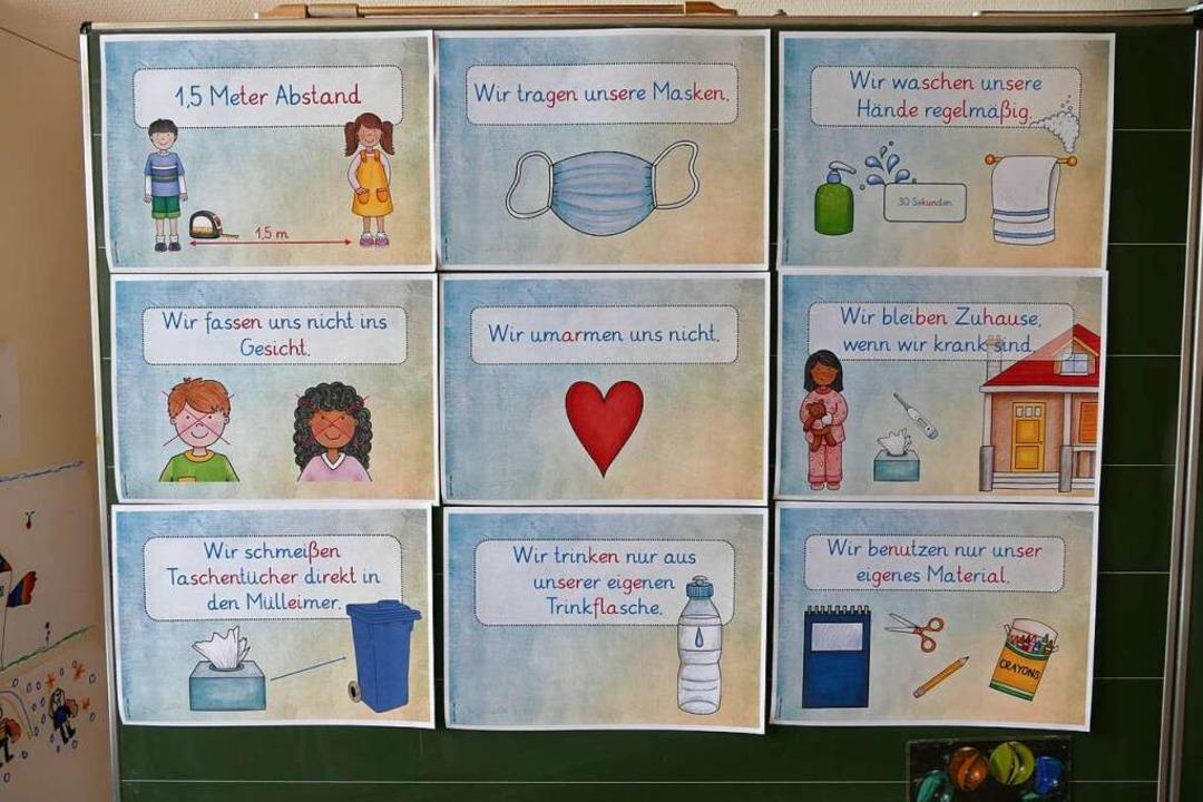 Anschaulich vermittelt dieser Aushang ... Schüler die geltenden  Hygieneregeln.  | Foto: Ralf Morys