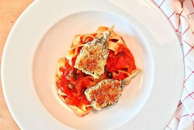 Sehr italienisch: Überbackene Artischocken mit Pasta und würziger Tomatensoße