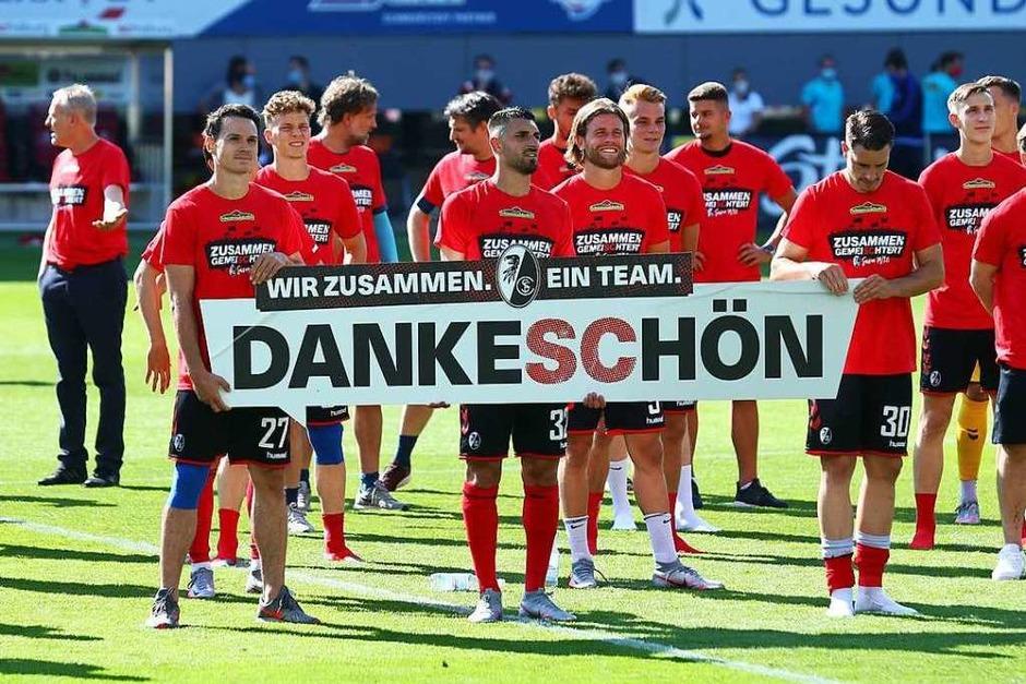 So ausgelassen bejubeln die Freiburger ihre Tore gegen Schalke 04. (Foto: RALPH ORLOWSKI (AFP))