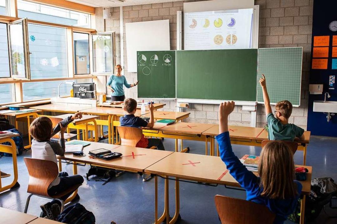 Bald sind auch die freien Plätze wiede...tag öffnen die Grundschulen  komplett.  | Foto: Philipp von Ditfurth (dpa)