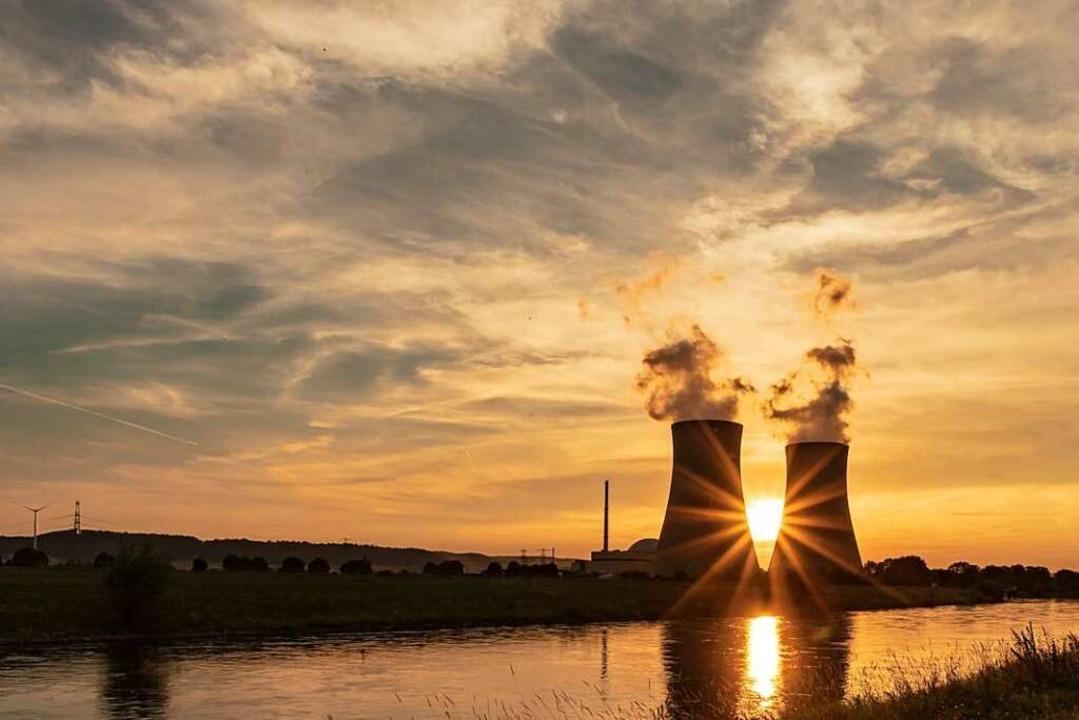Das niedersächsische Akw Grohnde spiegelt sich bei Sonnenuntergang in der Weser.  | Foto: FOTOGRAFPUTZKER