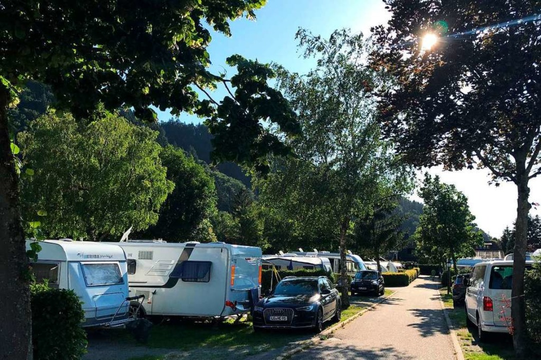 Dicht an dicht reihen sich Wohnmobile auf dem Campingplatz in Münstertal.  | Foto: Bernhard Amelung