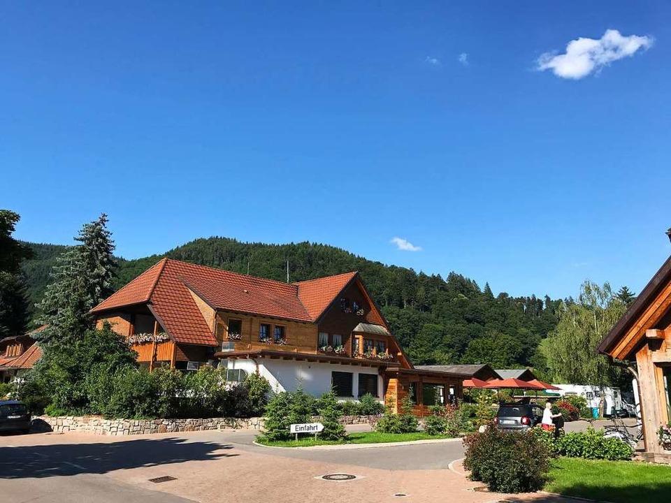 Die Einfahrt zum Campingplatz Münstertal, der rund 300 Stellplätze bietet.  | Foto: Bernhard Amelung