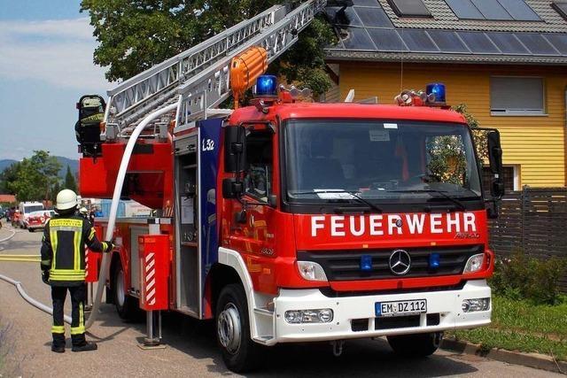 Denzlinger Feuerwehr löscht Brand im Gewerbegebiet und verhindert Schlimmeres