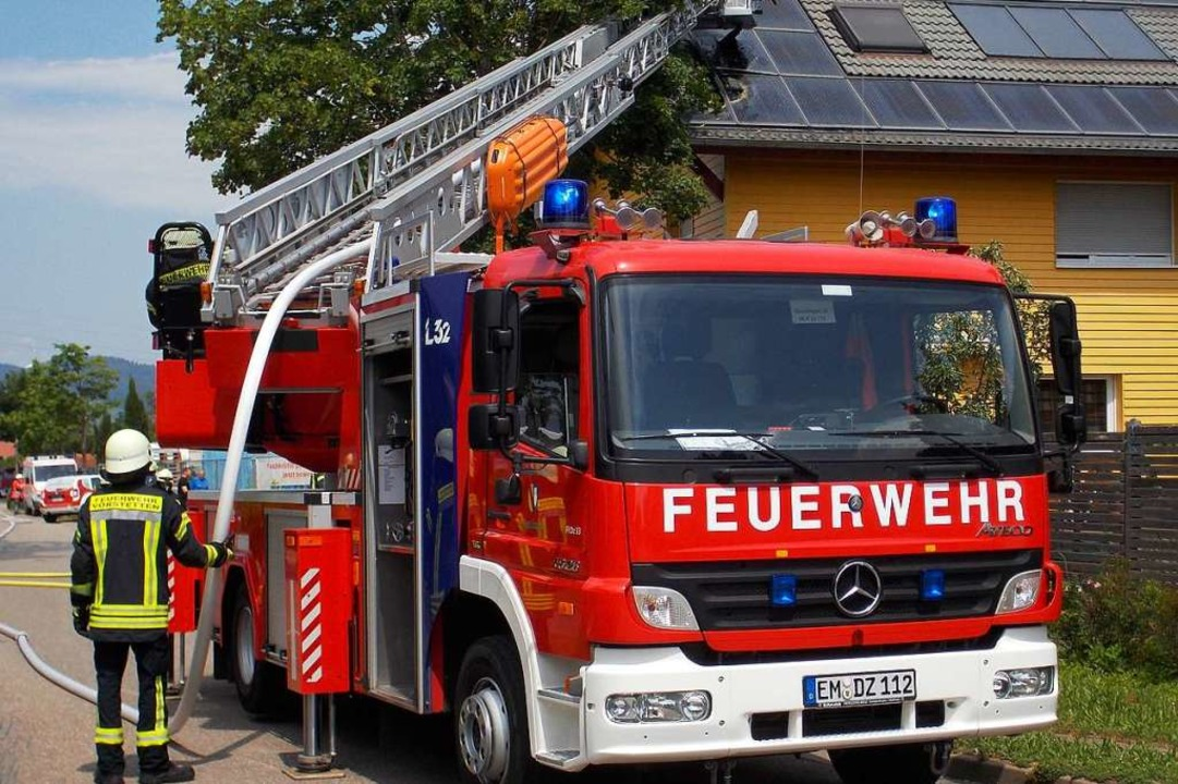 Das Feuer zerstörte Photovoltaik-Anlag... dem Dach des Wohn- und Gewerbehauses.  | Foto: Feuerwehr Denzlingen Stephan Konrad