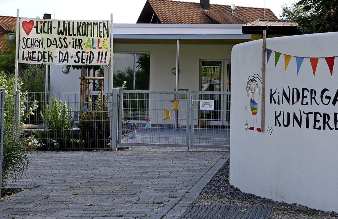 """Ein großes Transparent heißt alle Kind...bunt"""" in Jechtingen willkommen.     Foto: Roland Vitt"""