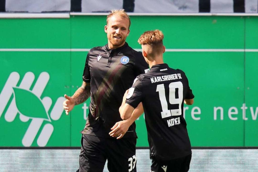 Der Karlsruher Philipp Hofmann (l) jub...einen Treffer durch Strafstoß zum 1:2.  | Foto: Daniel Karmann (dpa)