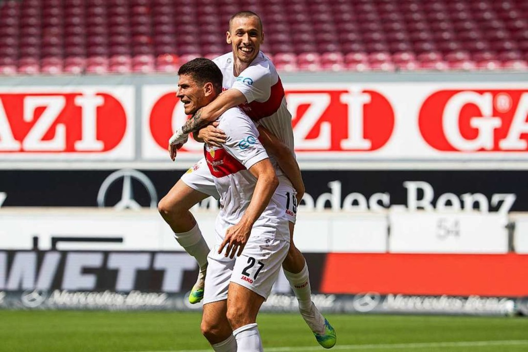 Stuttgarts Mario Gomez (l) jubelt nach...:1 mit Stuttgarts Darko Churlinov (r).  | Foto: Tom Weller (dpa)