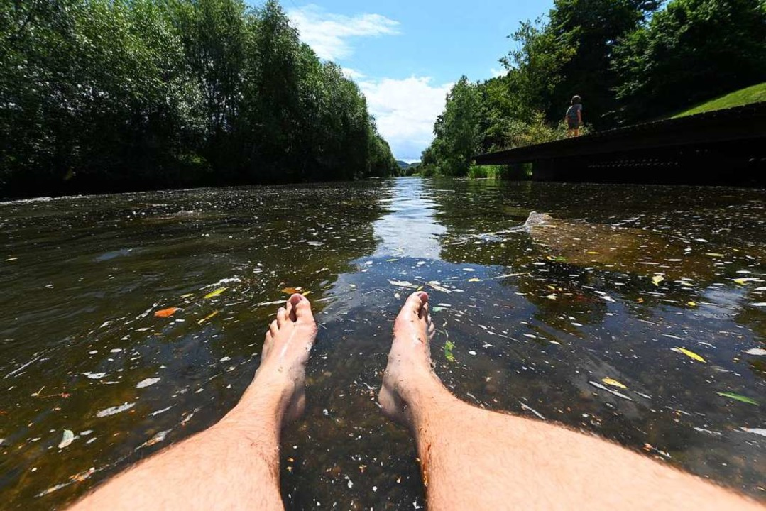 An den Wiesionen bei der Brücke nach T...ie Füße ins Wasser der Wiese strecken.  | Foto: Jonas Hirt