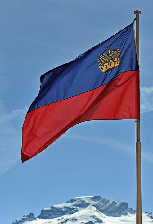 Für immer – der Kleinstaat und die Alpen: Liechtensteins Flagge  | Foto: Andreas Gebert