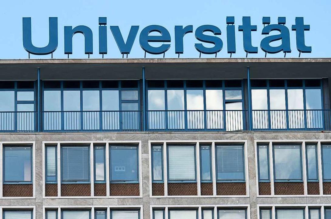 Wie machen die Unis im Herbst weiter? ...riftzug über die Universität Hannover   | Foto: Silas Stein (dpa)