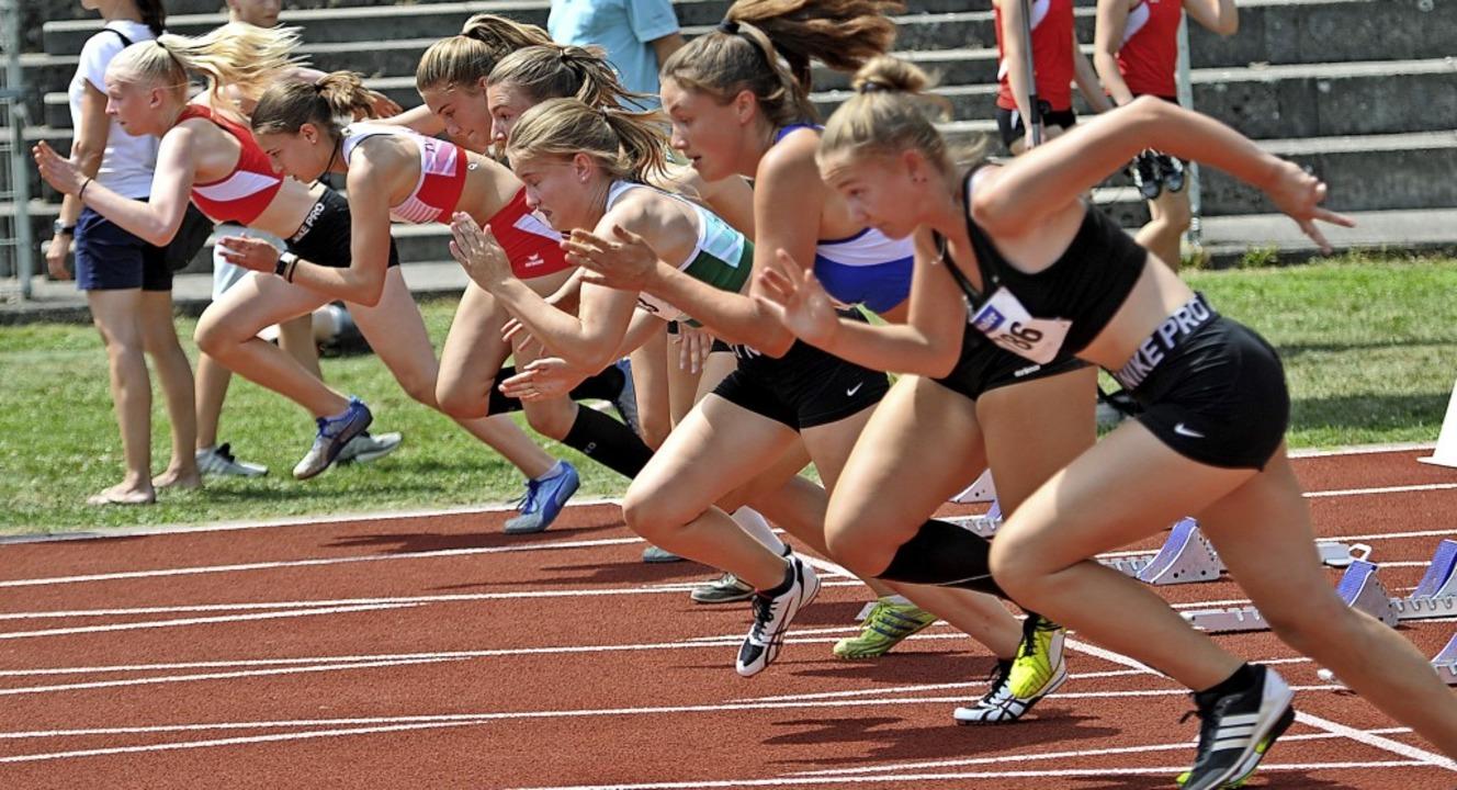 Gedränge erlaubt: Die Sprinterinnen dü... dicht an dicht über die Bahn flitzen.  | Foto: Ottmar Heiler