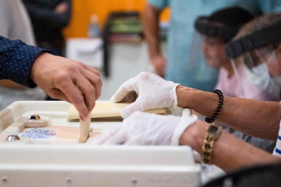 Die Stichwahlen betrafen fast 5000 Kom...r waren die größten Städte des Landes.    Foto: CLEMENT MAHOUDEAU (AFP)