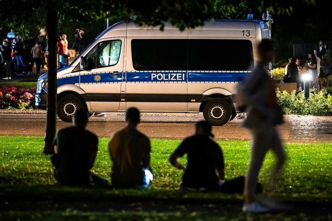 Einsatzwagen der Polizei stehen in der Stuttgarter Innenstadt nahe dem Eckensee.  | Foto: Christoph Schmidt (dpa)