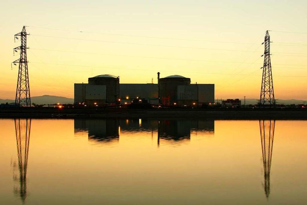 Abenddämmerung über dem Atomkraftwerk Fessenheim.  | Foto: Hans-Peter Ziesmer