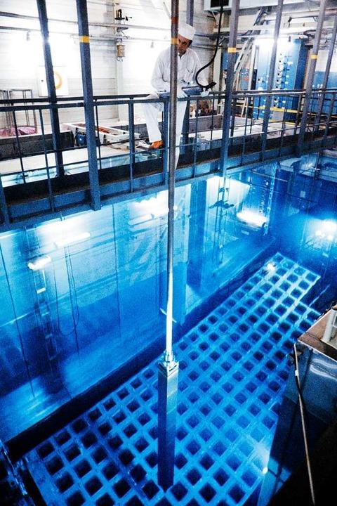 Das Herz eines Atomreaktors erscheint ... dem Wasser gezogen und ausgewechselt.  | Foto: MARCEL MOCHET