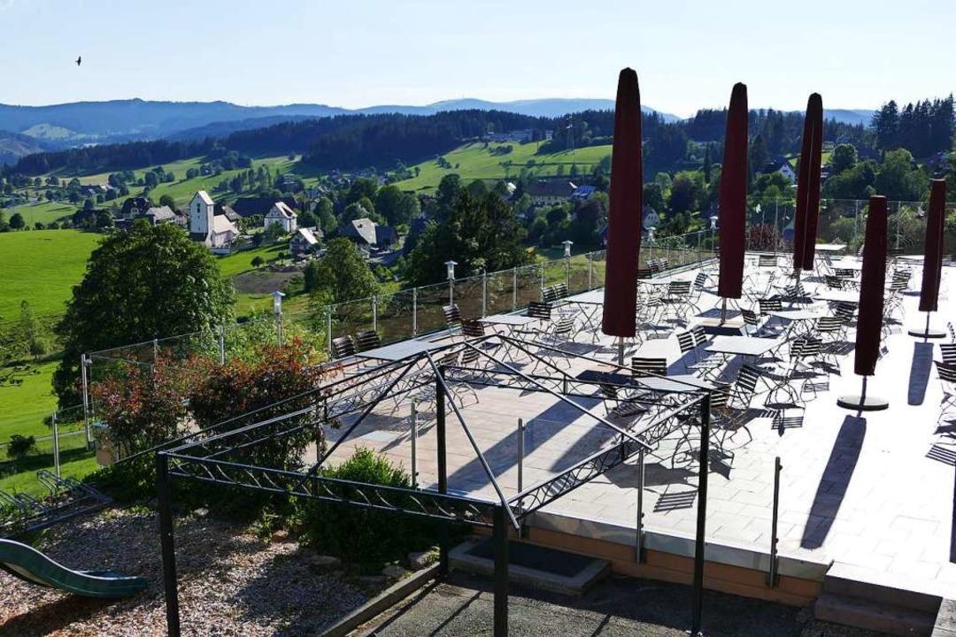 Von der Terrasse schweift der Blick über Saig hinweg bis zum Feldberg.  | Foto: Ralf Morys