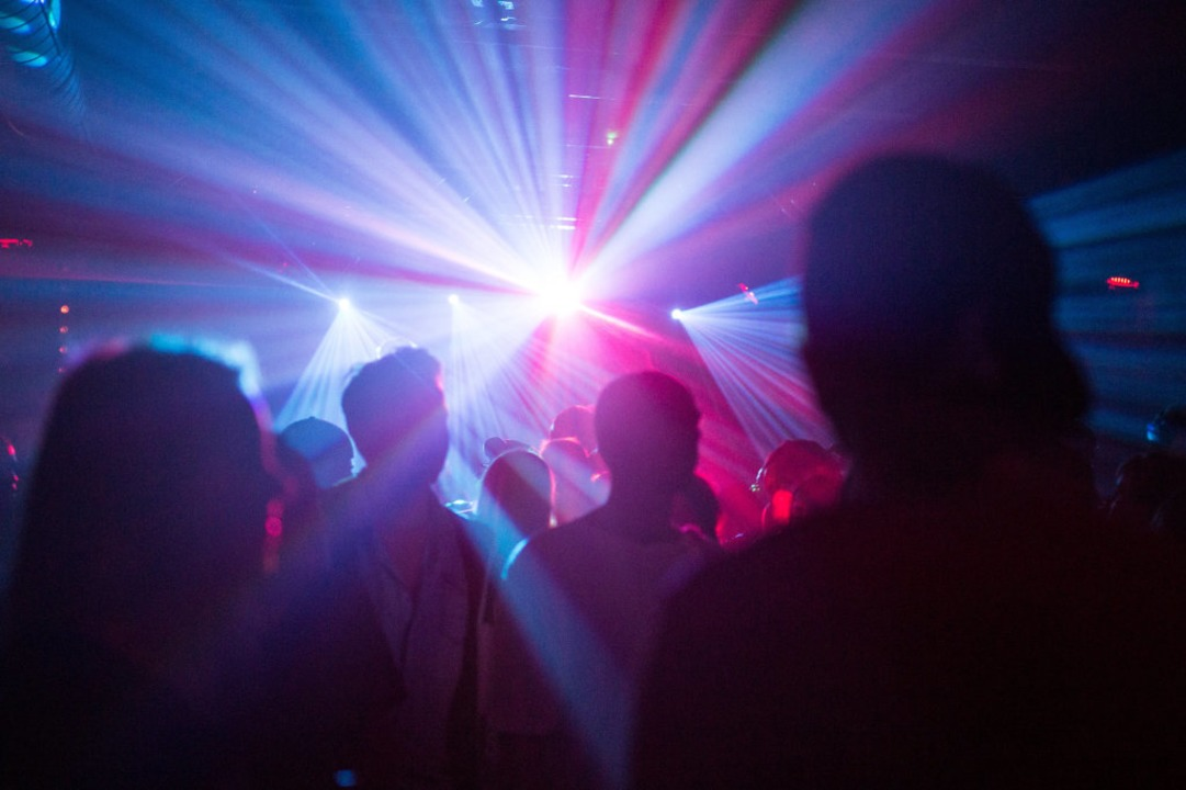 Die Polizei hat in Breisach eine Party in einer Diskothek beendet (Symbolbild).    Foto: Sophia Kembowski (dpa)