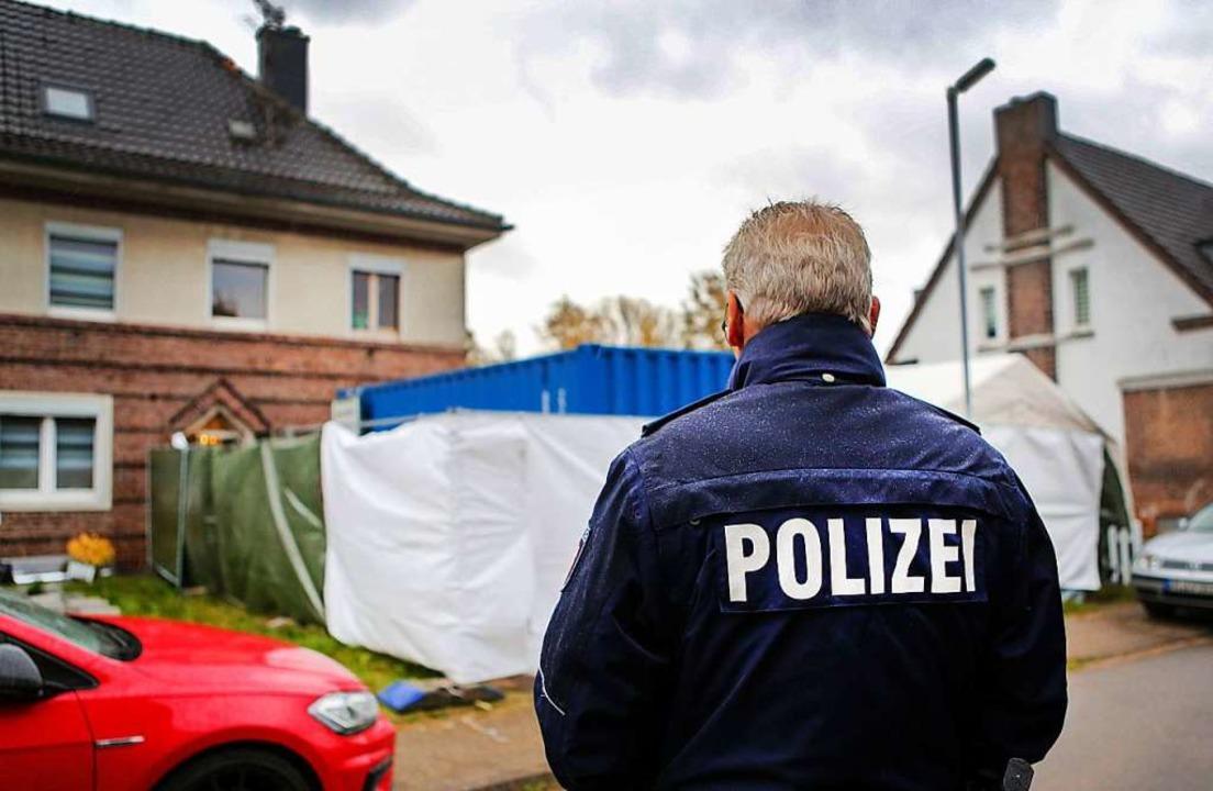 Ein Haus wird von der Polizei mit Unte...nommenen und seine Wohnung durchsucht.  | Foto: Dagmar Meyer-Roeger (dpa)