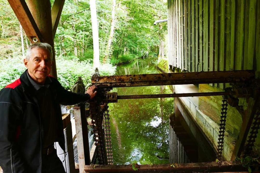 Franz Frey am Triebkanal, durch den das Wasser in die Turbine fließt.     Foto: Martin Wunderle