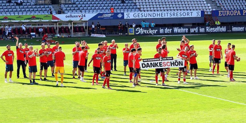 Die Spieler des SC Freiburg danken ihr... die Saison – vor leeren Rängen.  | Foto: Uli Deck (dpa)