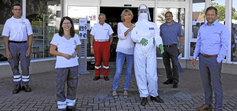 Die von der Raiffeisenbank gespendete ...rtlichen Rotkreuz-Vertreter übergeben.  | Foto: Herbert Trogus
