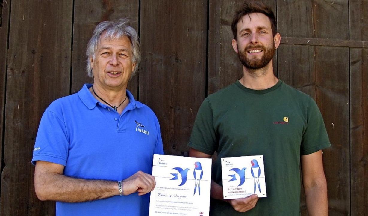 """Andreas Galli (links) vom Naturschutzb...enfreundliches Haus"""" verliehen.     Foto: Barbara Mutke"""