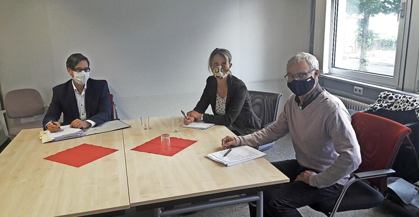 Mediziner Michael Ehrhardt vom Gesundh...nd Amtsleiter Jürgen Thoß (von links)   | Foto:  Olheide, Monika