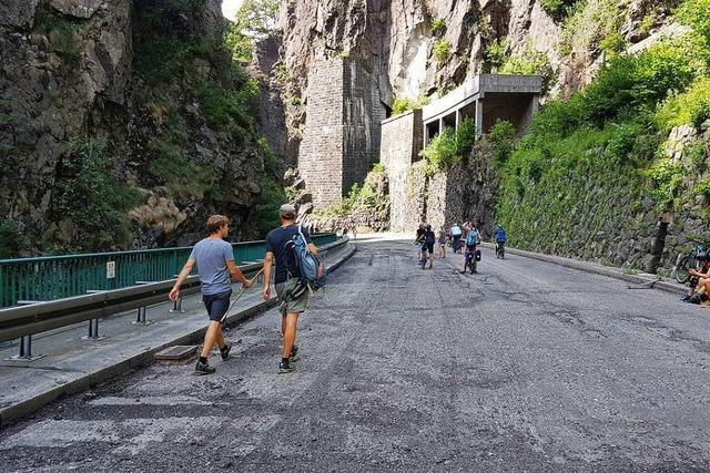 Wanderer und Ausflügler nutzen gesperrte B31 im Höllental