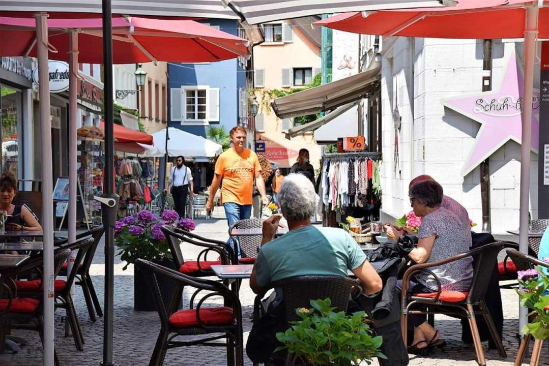In vielen Straßencafés und in den Gesc...hen wieder Schweizer Dialekt zu hören.  | Foto: Hildegard Siebold