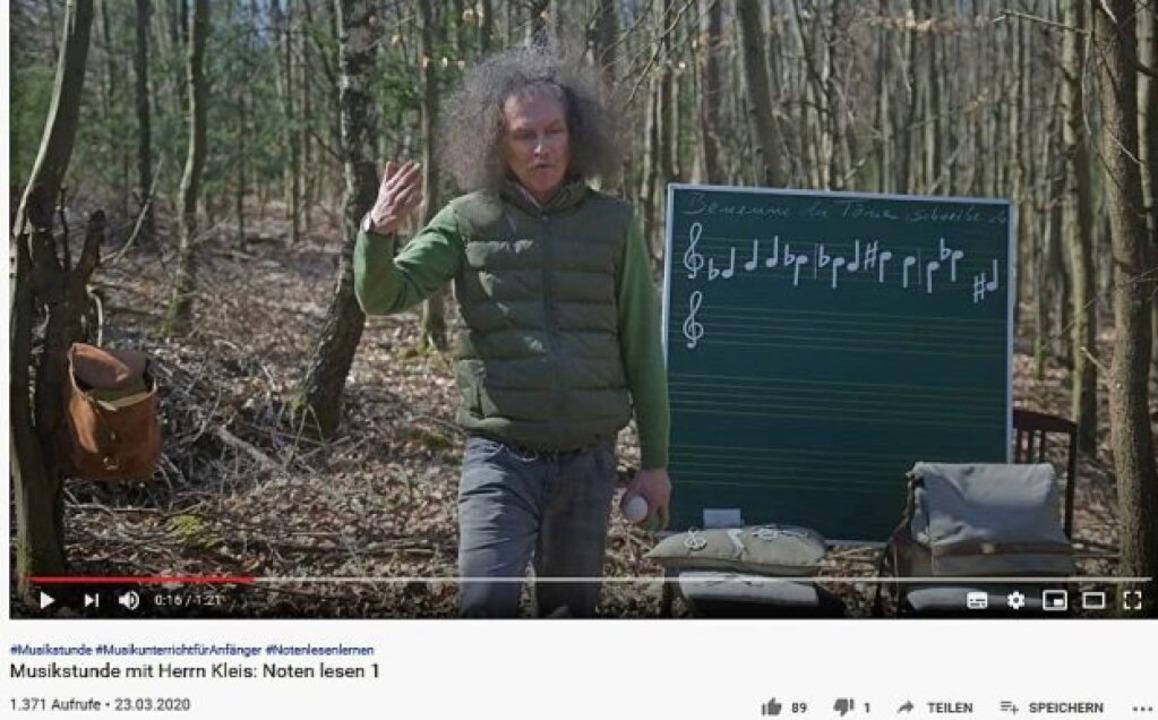 """Für den Unterrichtsclip in den Wald: A...2;Musikstunde mit Herrn Kleis"""".     Foto: Susanne Ramm-Weber"""