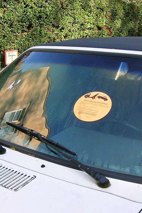 So oder ähnlich sehen die Aufkleber au...en, ihre alten Fahrzeuge zu entfernen.  | Foto: Sylvia-Karina Jahn