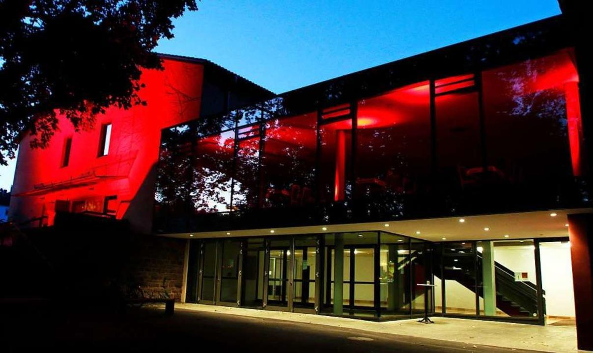 Rot illuminierte Gebäude machen vergan...ksam – wie hier das Parktheater.  | Foto: Heidi Fößel