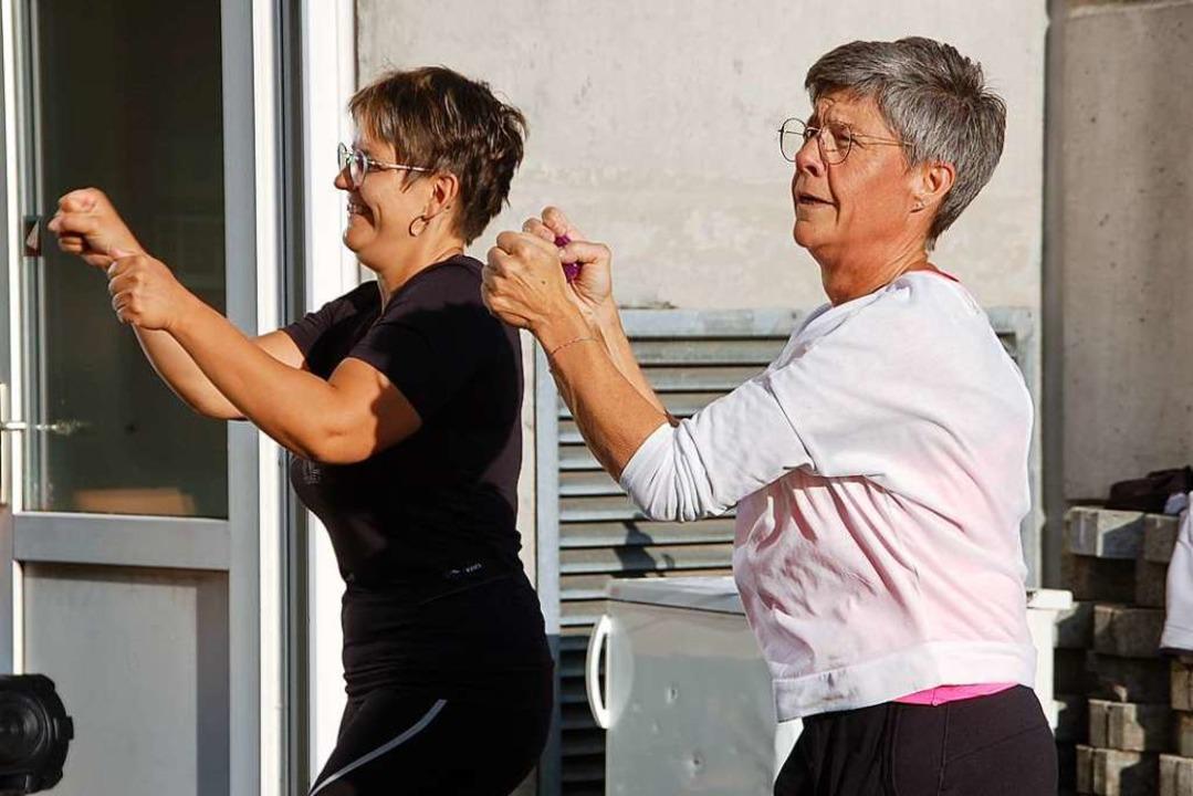Thessy Schmid (weißes T-Shirt) ist die Trainerin der Fitnessgruppe  | Foto: Petra Wunderle