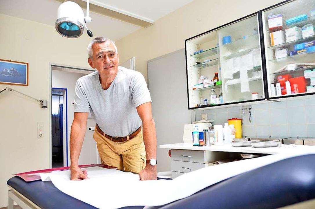 Der Kanderner Hausarzt Hubertus Wildi ...einer  Praxis an der Waldeckstraße 38.    Foto: Moritz Lehmann