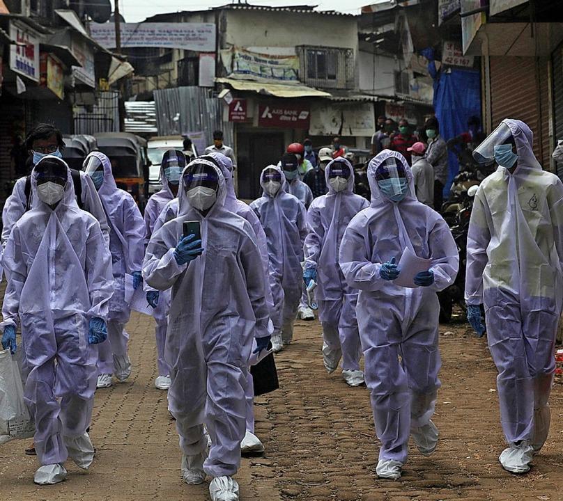 Medizinische Mitarbeiter im Slum von Mumbai  | Foto: Rafiq Maqbool (dpa)