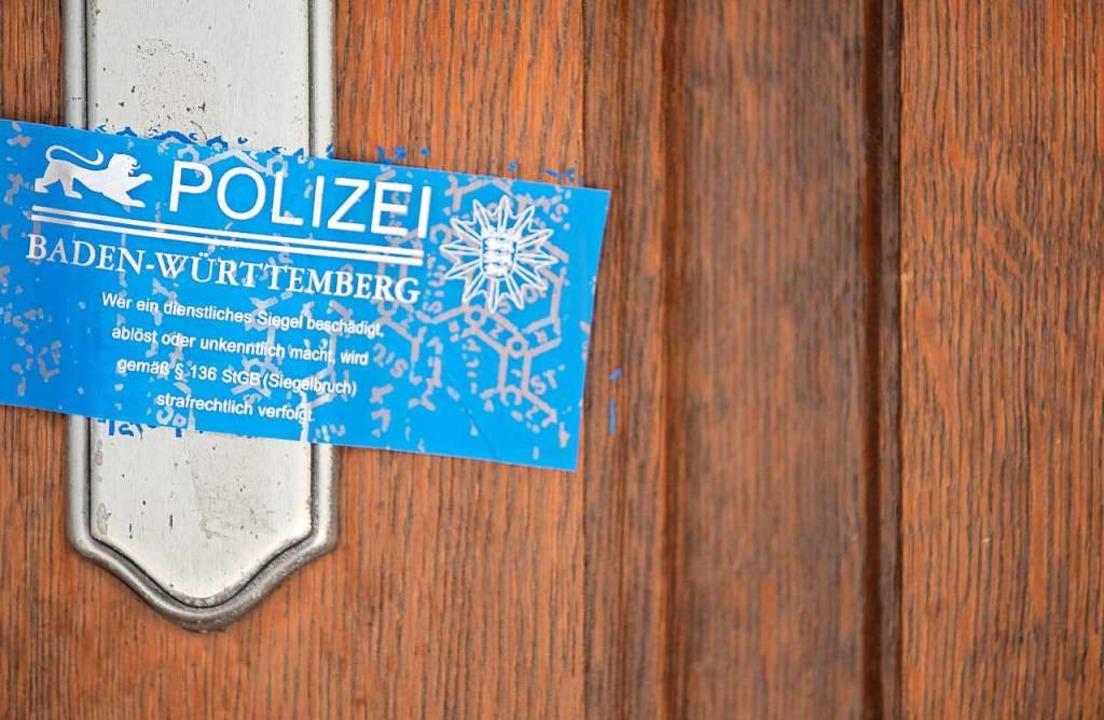 Ein Siegel der Polizei deckt das Schlü... Januar die Familie erschossen wurde.   | Foto: Sebastian Gollnow (dpa)