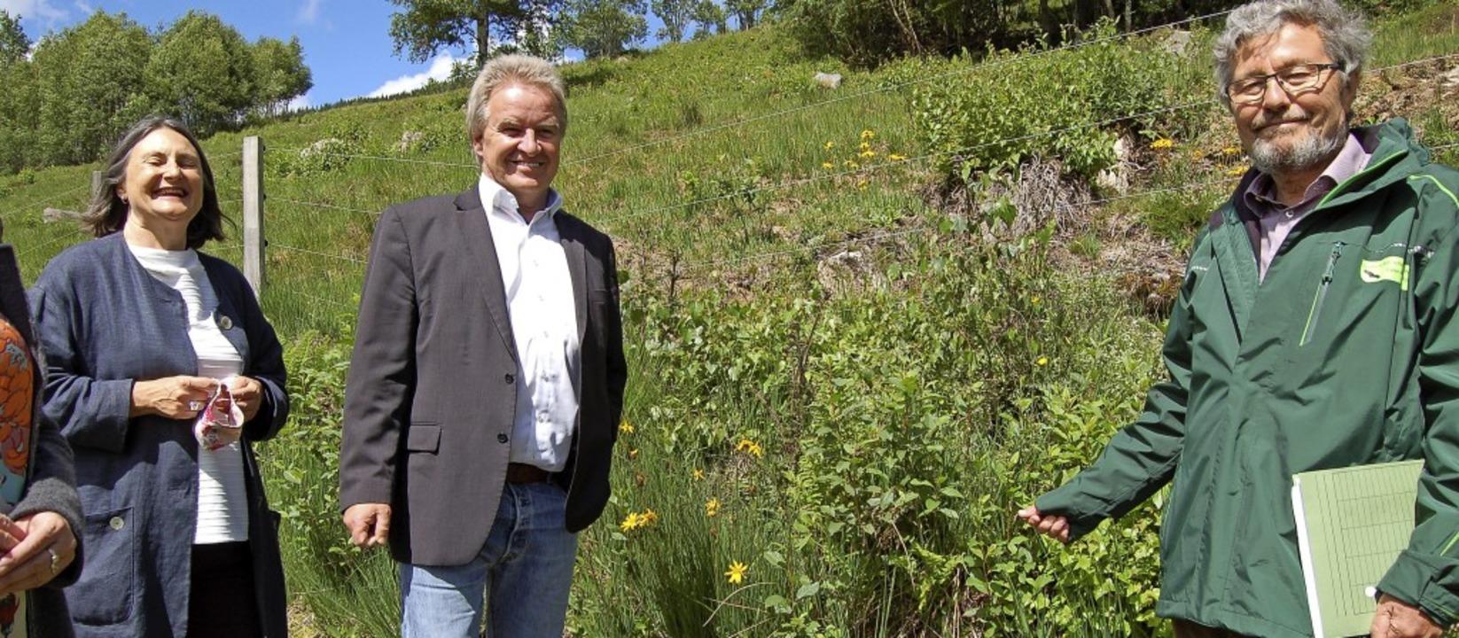 Bernd Seitz, Leiter des Naturschutzref... die im Biotop am Schwarzberg wächst.   | Foto: Claudia Renk