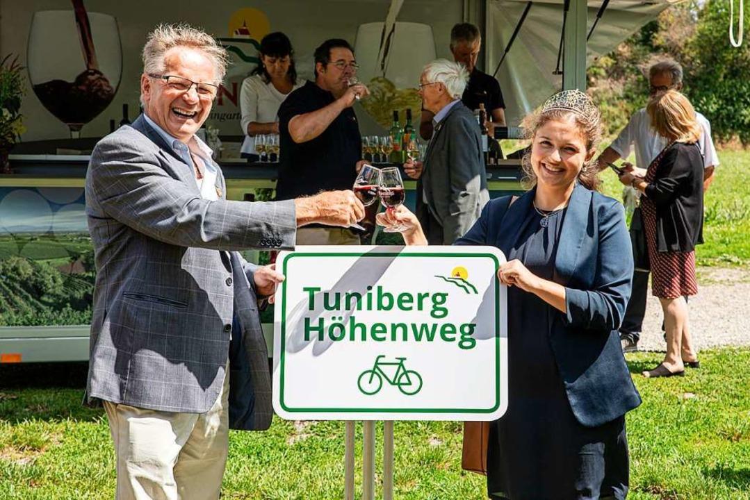 Günter Linser, Vorsitzender des Verein...r Enthüllung eines der neuen Schilder.  | Foto: Hubert Gemmert