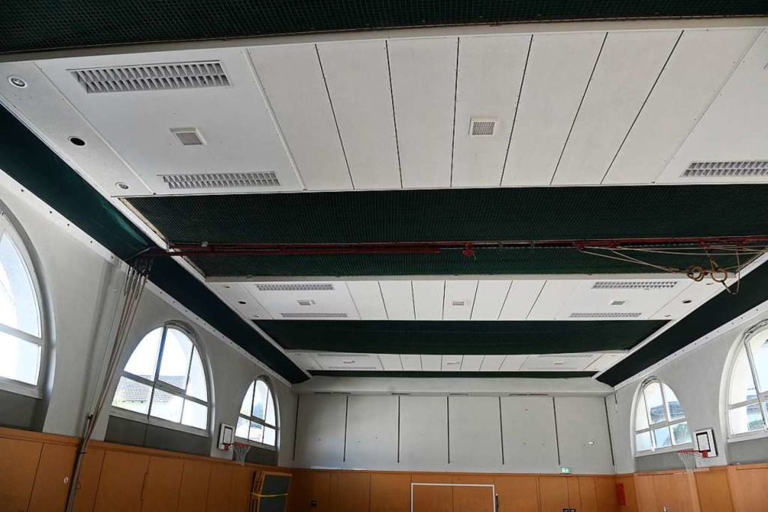 Die Decke der Sporthalle der Fridolins... in den Sommerferien ausgebaut werden.  | Foto: Jonas Hirt